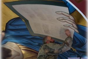 Мастер-иконописец за работой